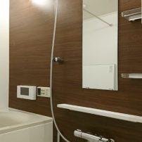 クリエモカが映える快適でシンプルな浴室