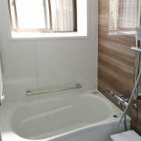 綺麗な木目調のノルディーグレーウッドが魅力的な浴室